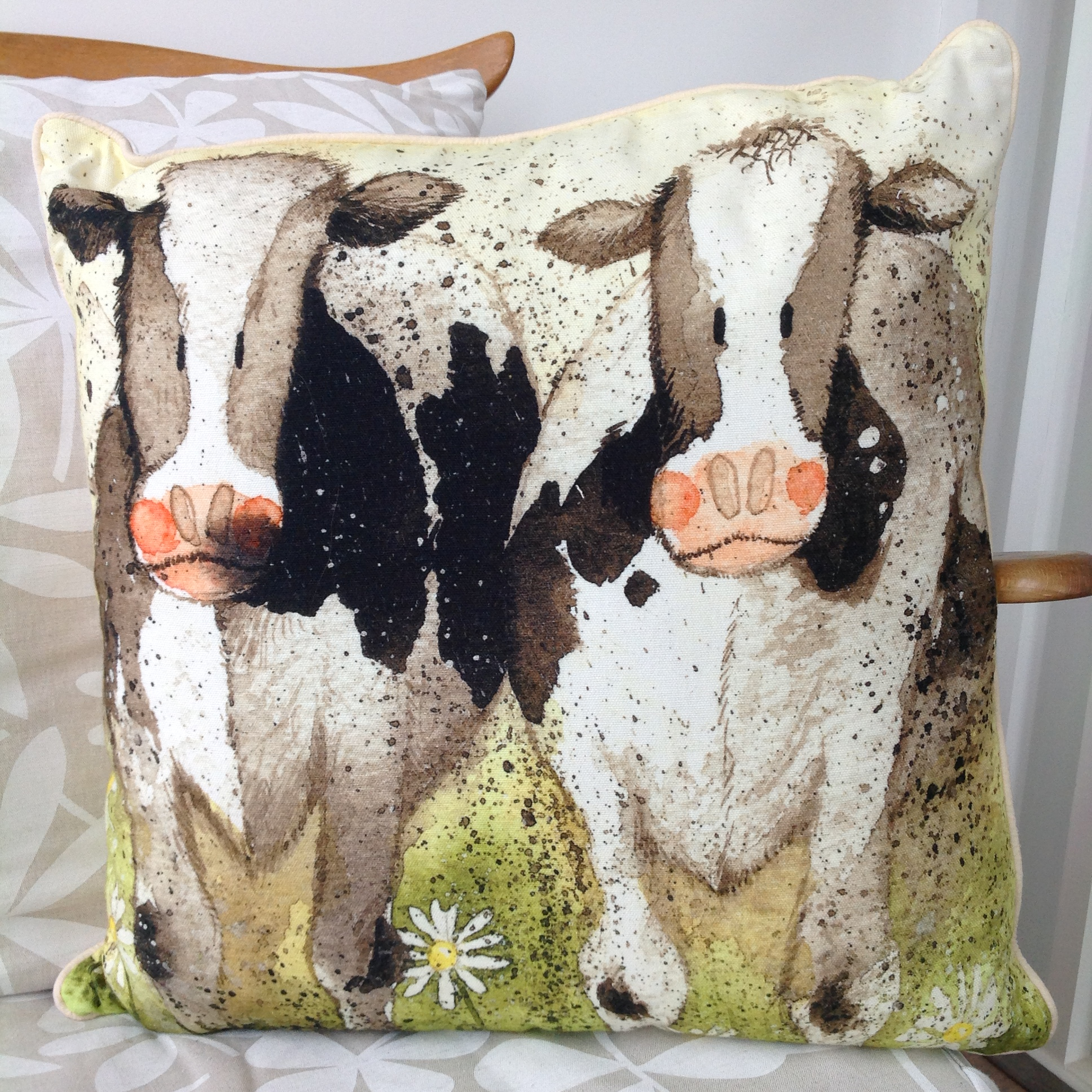 catalog/products/cushions/curious-cows-cushion.JPG
