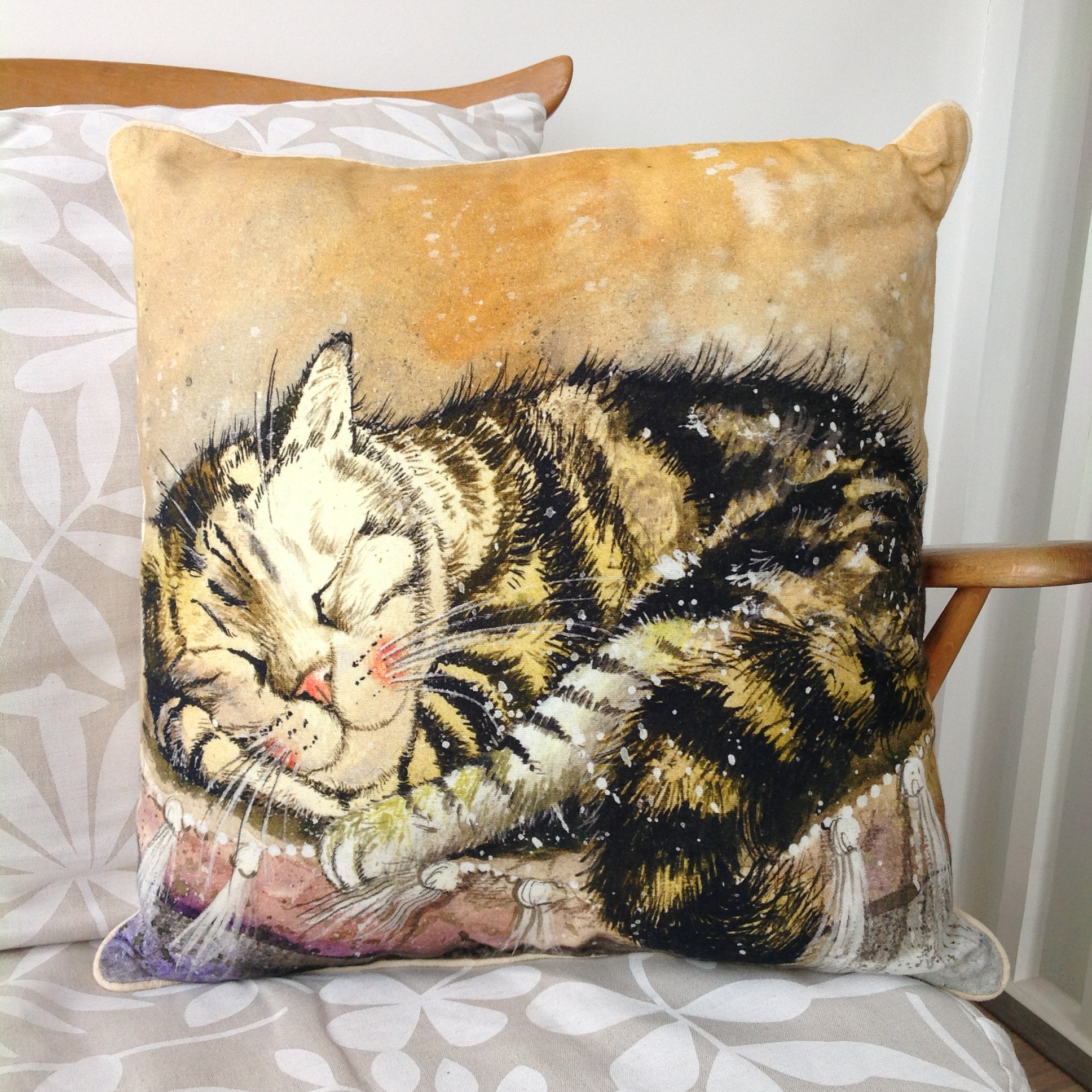 catalog/products/cushions/sleeping-cat-cushion.JPG